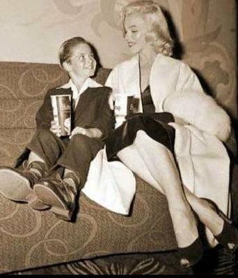 Marilyn-Monroe-White-Fox-Furs-7