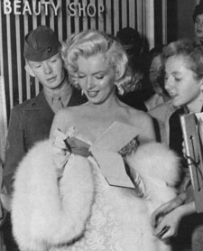 Marilyn-Monroe-White-Fox-Muff-2