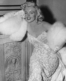 marilyn-monroe-white-fox-muff-1